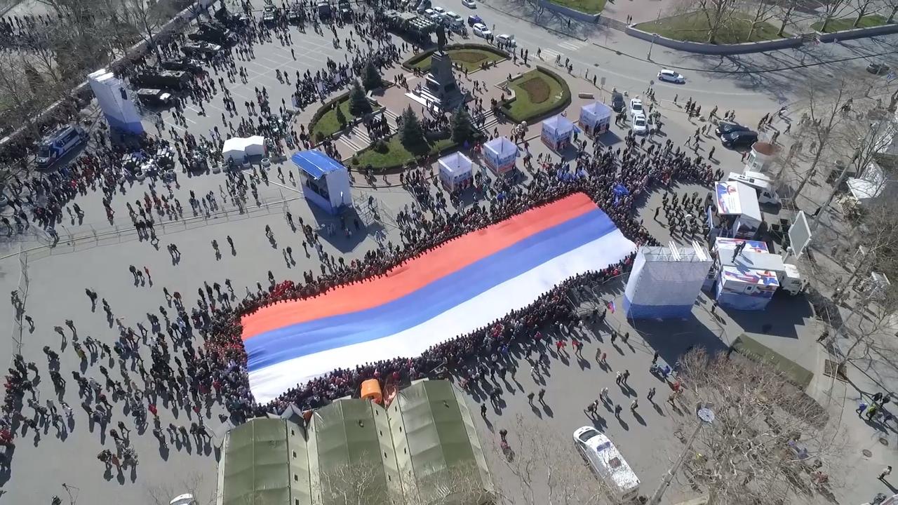 В центре Севастополя развернули 70-метровый флаг России.
