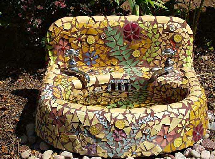 Интересное применение мозаики в саду