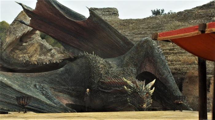 Дейенерис и её дракон прибывают в драконье логово (Италика) в 7-м сезоне Игры престолов.  Фото: watchersonthewall.com.