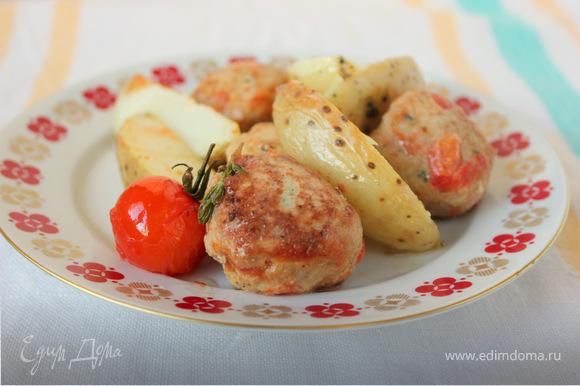 Тефтели подавайте вместе с картофелем и соусом.