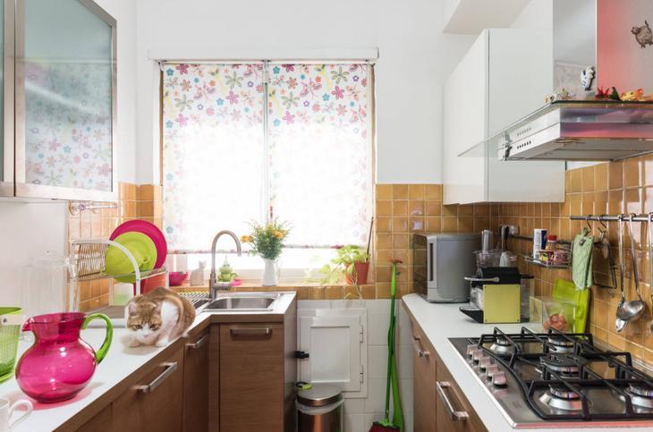 Двухрядный гарнитур в небольшой кухне