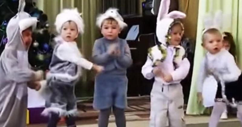Этот танец мальчиков-зайчиков доведет вас до слез. Уморительное зрелище!