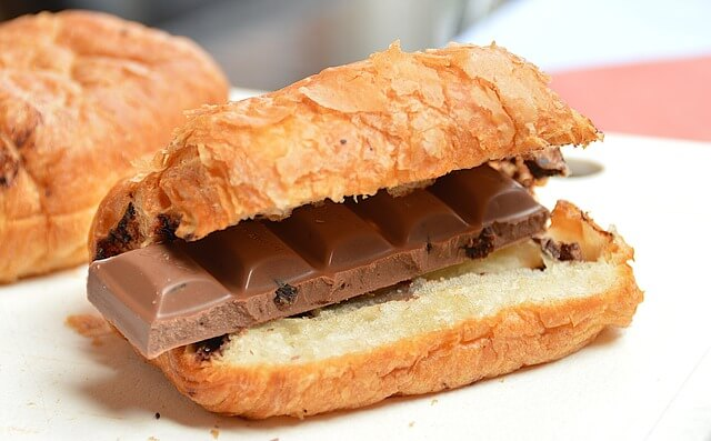 булочка с шоколадкой