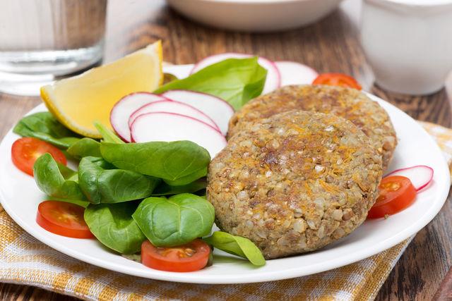 Отличным вариантом вкусного и полезного блюда станут котлеты из гречи