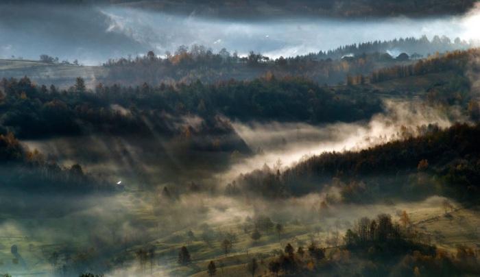 Долина сверкает и переливается в каплях дождя.