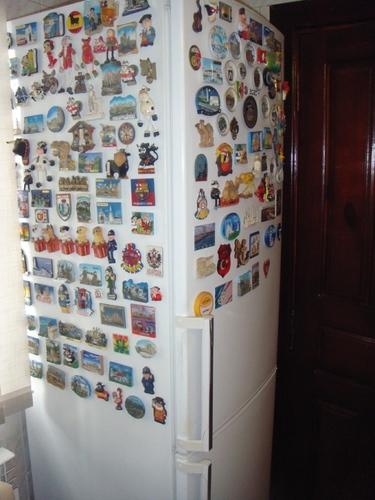 Быстренько снимаем магниты с холодильника!