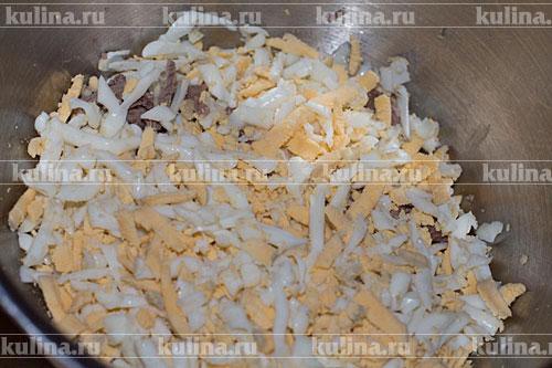 Яйца натереть на крупной терке и добавить к мясу.