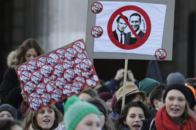 Президент Австрии привел к присяге новое правительство на фоне протестов