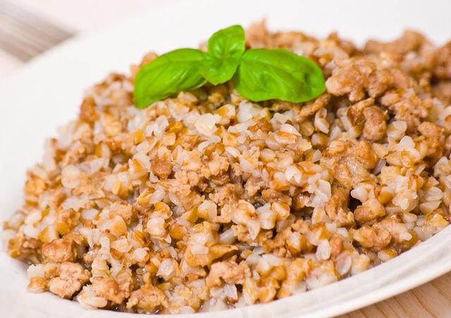 Блюда из гречки с мясом или курицей порадуют ревнителей традиционной русской кухни