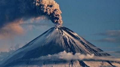 Вулкан Ключевский на Камчатке выбросил столб пепла на высоту 6 км