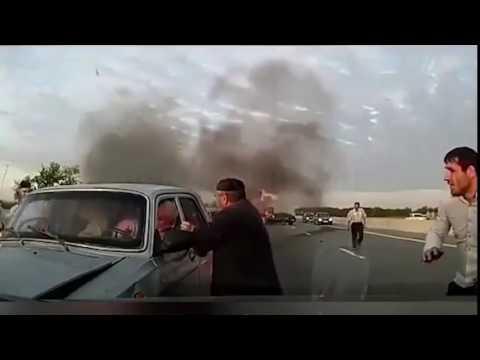 В Ингушетии очевидцы аварии не испугались горящего бензобака и бросились спасать людей из машин!