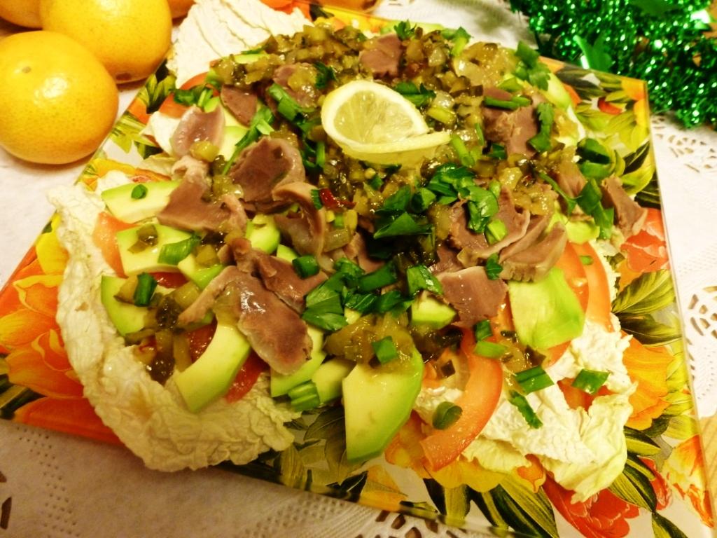 Салат с индюшиными желудками конфи и авокадо под медово- огуречным соусом