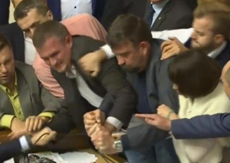 Цирк под куполом: ВР подралась из-за законов о Донбассе, а Порошенко получил «черную метку» от США и Европы