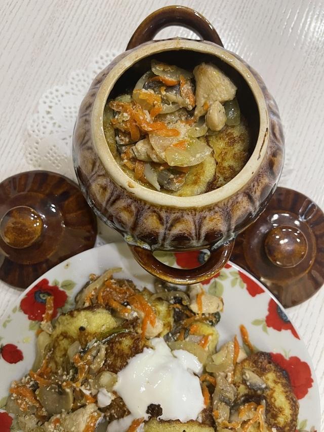 Фото к рецепту: Драники с шампиньонами и куриным филе в горшочке