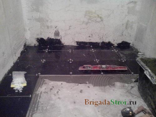 укладка плитки на пол в ванной комнате фото