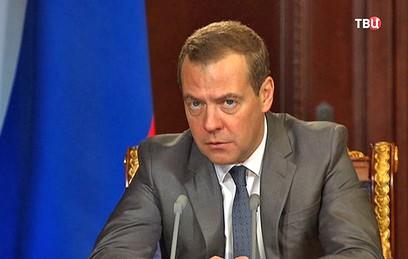 Медведев призвал возобновить продажу билетов в плацкарт