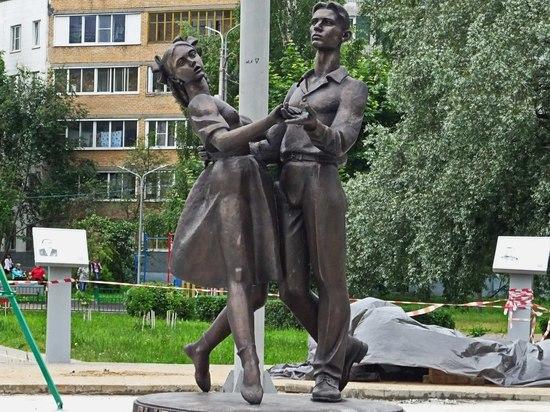 В Сергиевом Посаде священник открыл эротический памятник выпускникам