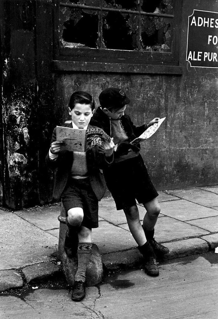 16. Мальчики смотрят комиксы, 1952 год детство, прошлое, фотография