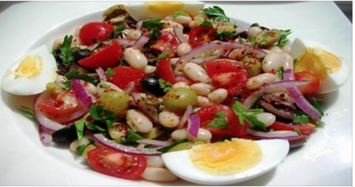Необычно и сытно с турецкой ноткой — салат из белой фасоли. Это блюдо получается очень вкусным