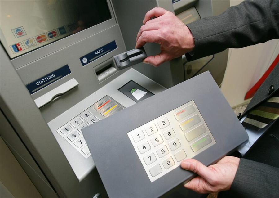 Как мошенники копируют банковские карты