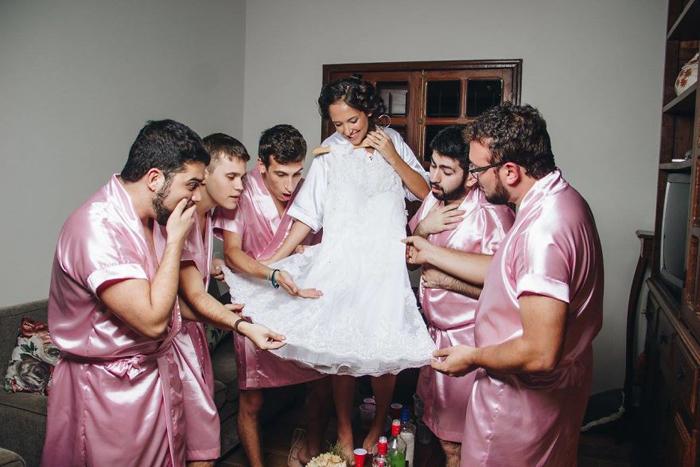 Примеряя платье. Фото: Fernando Duque.