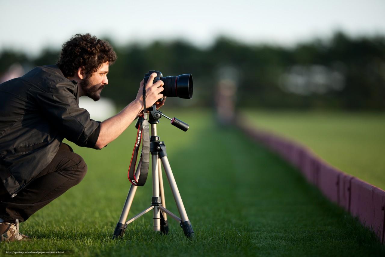 парень, кудри, мужчина, брюнет, ситуации, усы, борода, фотоаппарат, кадр, природа, трава, зелень, луг, фон, обои Скачать,  картинка, изображение, фото, обои