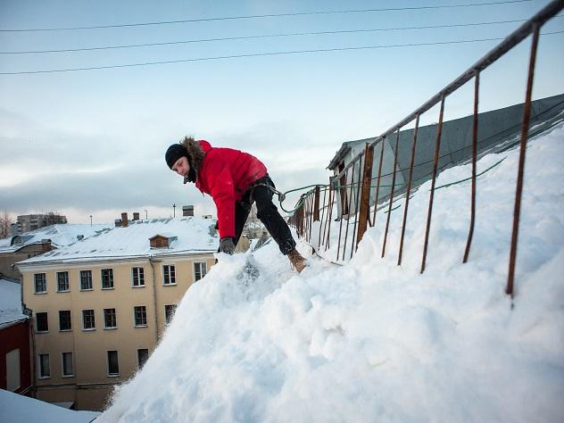 Уборка снега с кровли мембранной