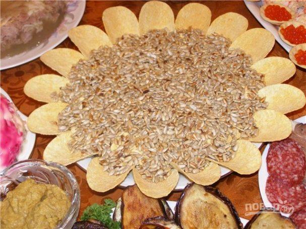 Cалат «Подсолнух» с семечками и чипсами