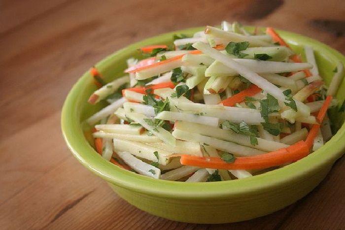 Лёгкий диетический салат.  Фото: howtostore.ru.