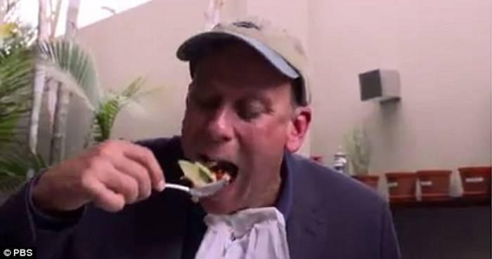 Он целый год ежедневно ел рыбу, проверяя пользу омега-3 жирных кислот - с неожиданными результатами