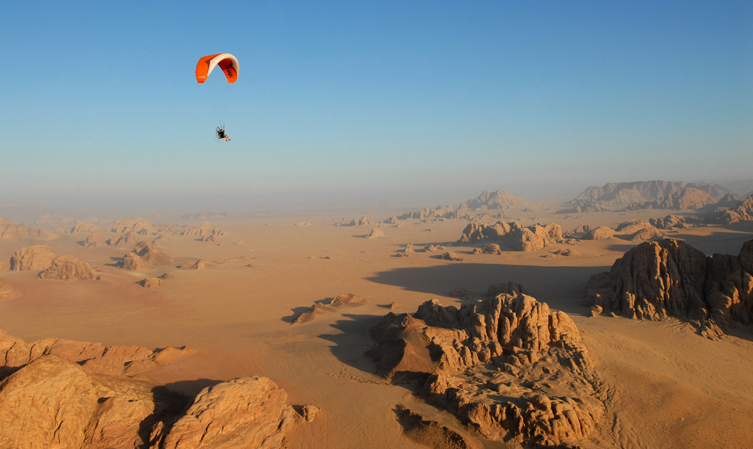 Лунная Долина настолько популярна, что по ее территории разбросано несколько туристических лагерей — для тех, кто решил посвятить изучению пустыни неделю или больше.