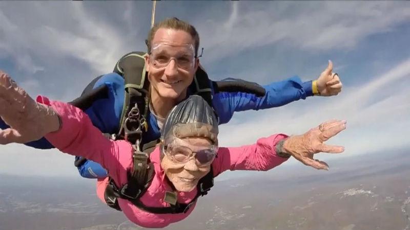 Очаровательная бабушка отпраздновала 94-летие, прыгнув с парашютом