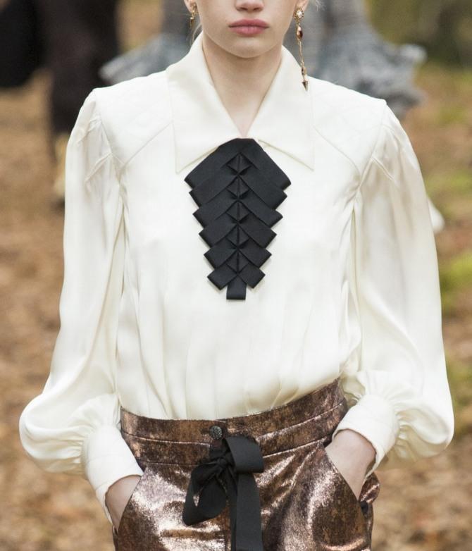 белая блузка с отделкой черными лентами от Chanel