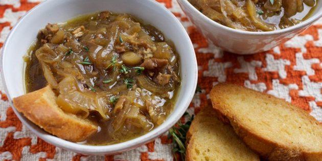 Суп из сушёных белых грибов с луком и белым вином