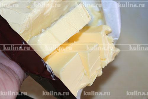 Маргарин и сливочное масло заранее выложить в теплое место, чтобы они растаяли, выложить в тесто.