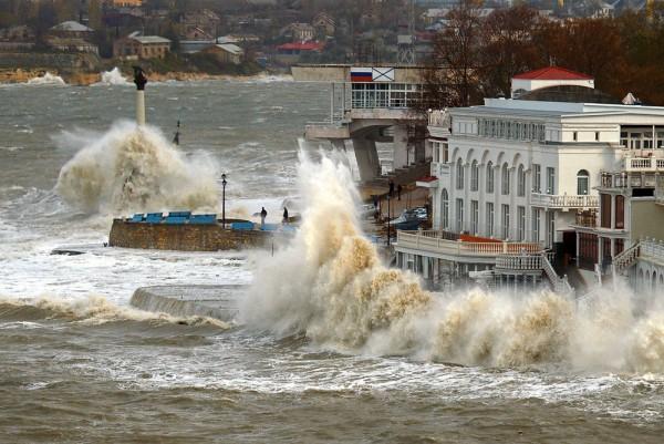 В Севастополе бушует непогод…