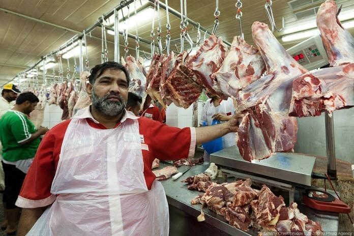 На базаре, армянин продает свинину. Подходит мужик…