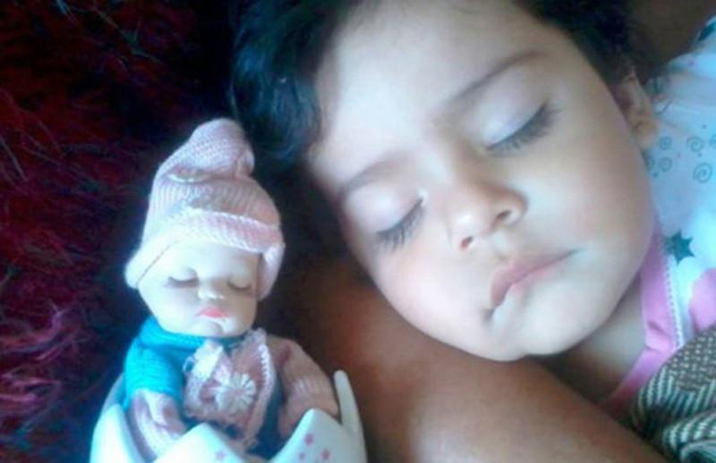 20 очаровательных малышей, которые невероятно похожи на своих кукол
