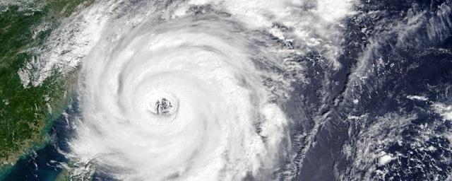 "Япония закрыла небо из-за приближающего тайфуна ""Лан"""