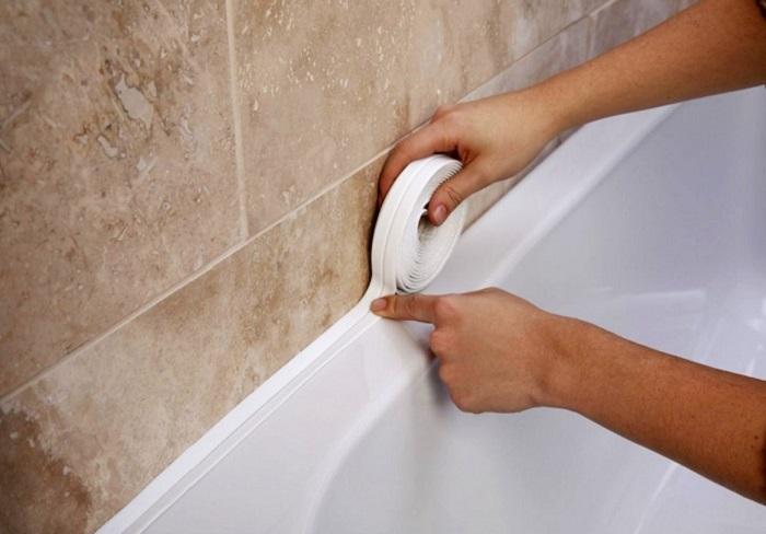 Простой способ заделать щель между стеной и ванной