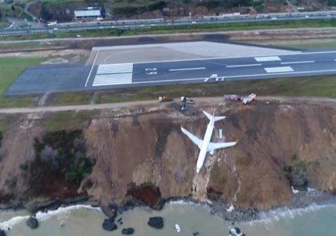 Самолет с 162 пассажирами завис над обрывом и чуть не рухнул в море — катастрофическое ВИДЕО