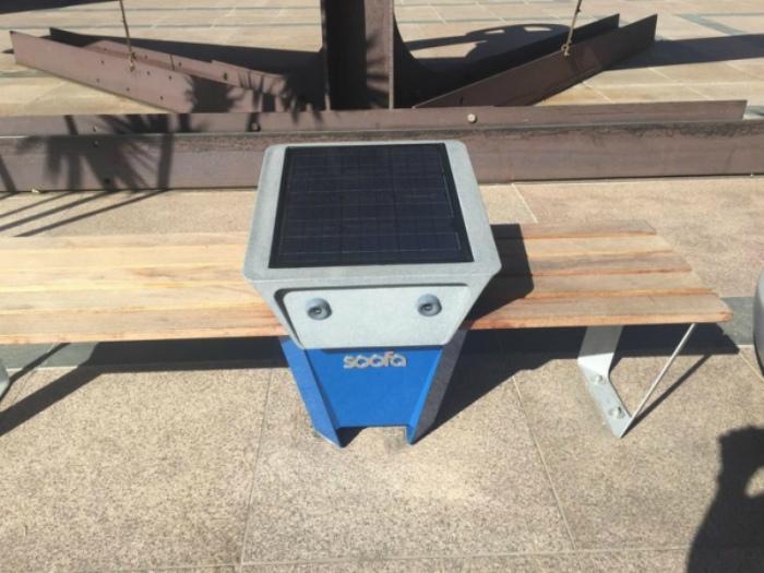 Зарядная станция на скамейке. | Фото: Самое Интересное.