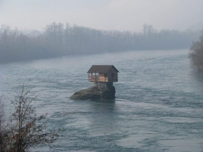Сербская диковинка: дом-отшельник посреди реки Дрина  /// Надеюсь на Дрине штормов не бывает ... Почему спасательный круг там,а не под окном,террасе?