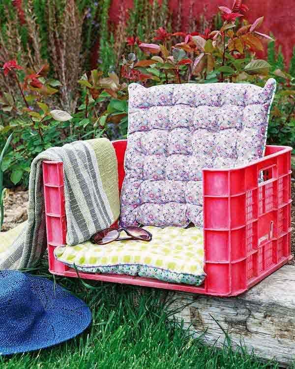 Кресло из пластмассового ящика
