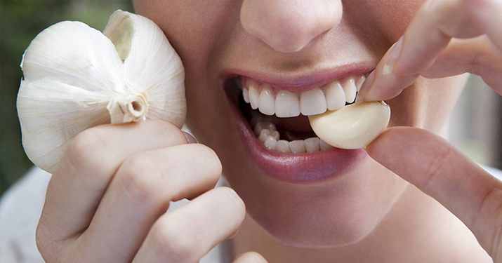 Положите чеснок в рот и держите в течение 30 минут