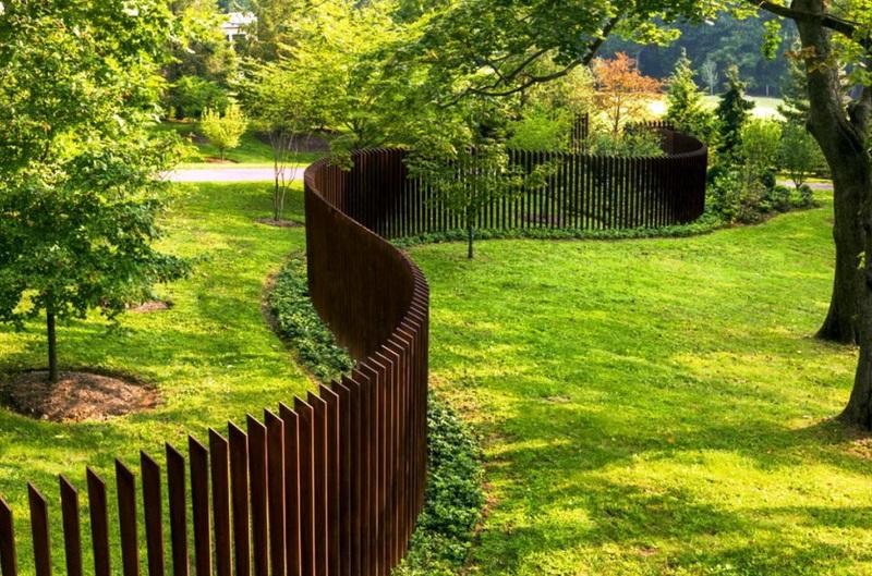 Забор из частокола – старинное ограждение в современных ландшафтных дизайнах