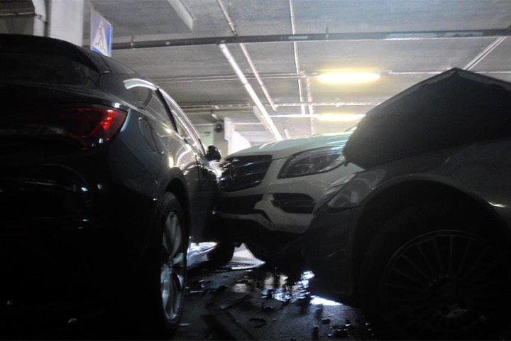 Мужчина на Mercedes протаранил 4 машины на парковке в Шереметьево