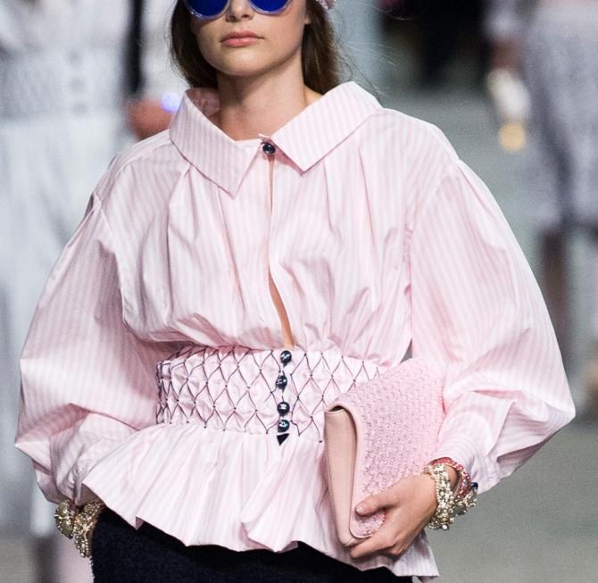 розовая блузка в полоску с баской от Шанель