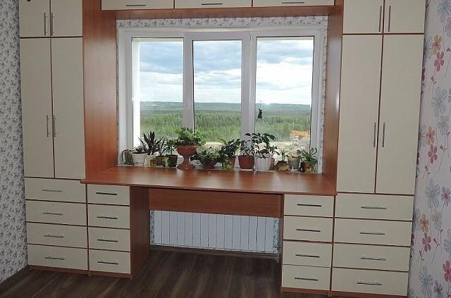 Шкафы вокруг окна, это удобно и экономит пространство в комнате. А вам нравится такая идея? (8Фото)