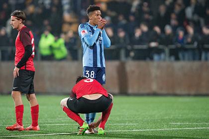 Футболист шведской команды завязал шнурки окоченевшему сопернику во время матча